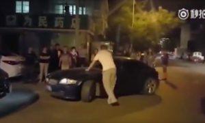 mujer-aplasta-piernas-hombre-coche