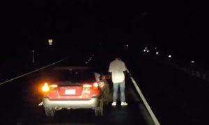 borracho-para-coche-mitad-carretera-mear