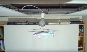 cambiando-bombilla-con-drone