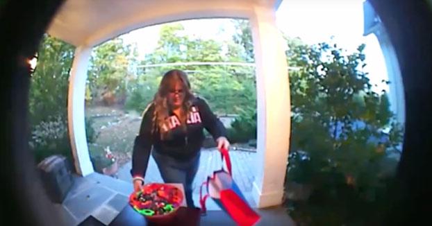 Pillada robando todos los caramelos que una familia había dejado por Halloween para los niños