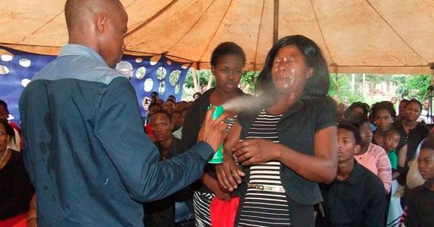Un pastor asegura que cura el cáncer y el VIH con insecticida
