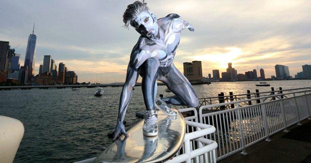 Cuando vas por Nueva York y te encuentras con Silver Surfer