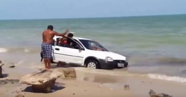 Se mete con el coche por la orilla de la playa y un padre furioso lo detiene de la siguiente manera