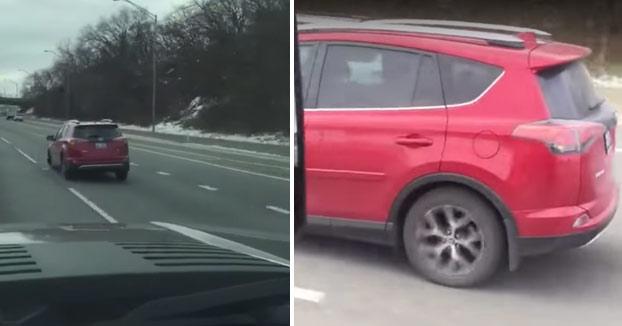¿Que hace ruido el coche? No hay problema, se sube la música y se acabó el ruido