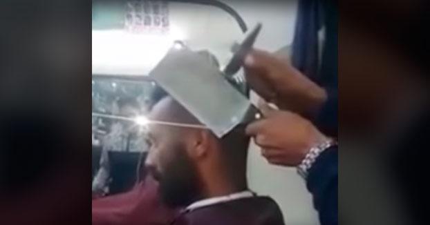 Peluquero para valientes: Le cortan el pelo con un cuchillo de carnicero y un martillo
