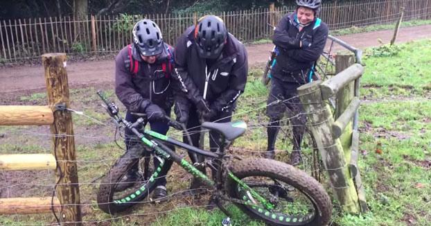 Se le quedó la bici atascada en una valla electrificada. ¡Qué empiecen las descargas!