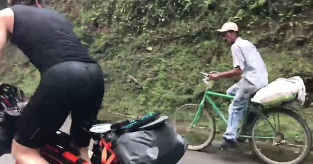 Un campesino colombiano de 63 años deja en ridículo con su bici a dos triatletas europeos (Vídeo)