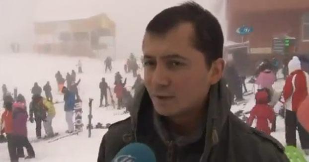 Durante una entrevista el gerente del hotel sonríe mientras los clientes son enterrados por una avalancha de nieve