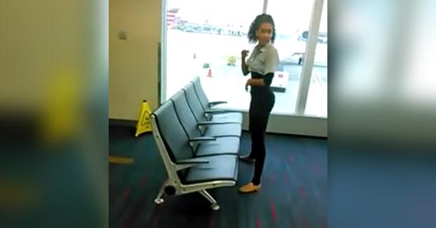 Ella es Shemika Charles, campeona mundial de Limbo. Intenta pasar por debajo de los asientos del aeropuerto