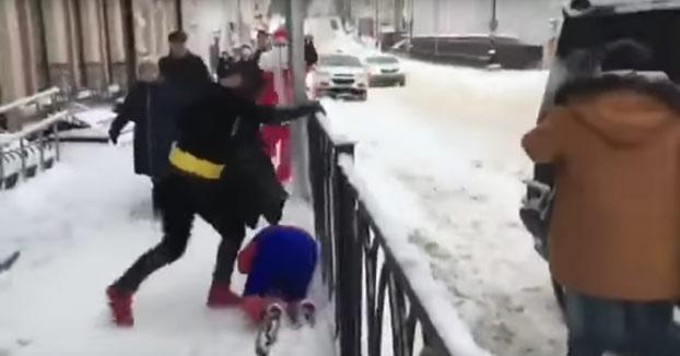 Mientras tanto, en Rusia: Épica batalla entre Batman y Spiderman