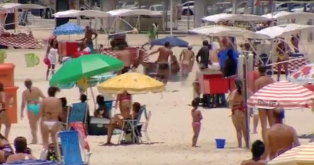 A la caza: Bañistas persiguiendo a un ladrón por toda la playa