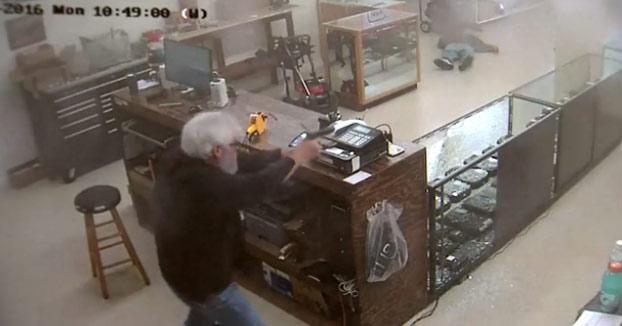 Entran a robar a punta de pistola en una tienda de armas. El empleado no duda en liarse a tiros con ellos