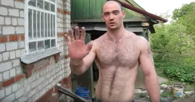 No le hace falta martillo: Clava los clavos con la mano