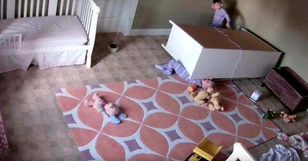 Un niño de dos años levanta una cómoda para salvar a su hermano gemelo atrapado