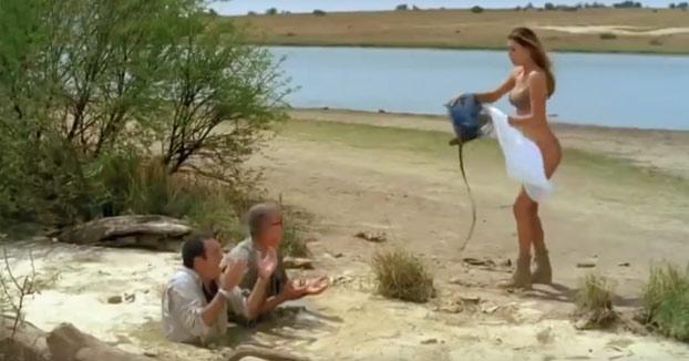 La surrealista película en la que esta mujer se queda desnuda para salvar a dos hombres