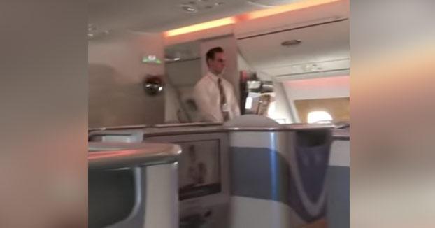 Pillan a una azafata de Emirates Airlines echando el champán de una copa a la botella