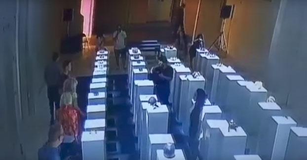 Esta mujer se hizo un selfie y tiró por los suelos 200.000 euros en obras de arte