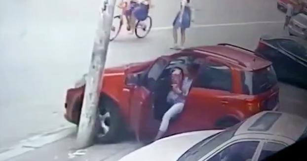 Mujer intentó evitar que el coche se moviese y pensó que era buena idea frenarlo así...