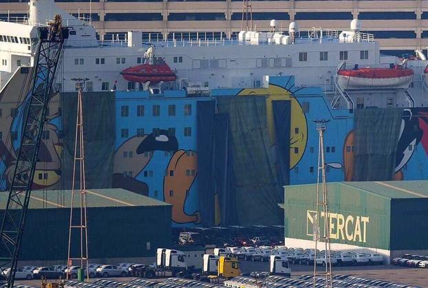 Interior tapa la imagen de Piolín en el barco de la Policía atracado en Barcelona y en Twitter empieza el cachondeo