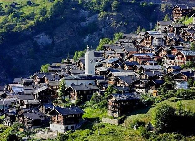 El pueblo suizo Albinen ofrece 60.000 euros a las familias que se muden a vivir allí