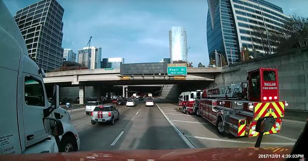 Un camión de bomberos se cruza cuatro carriles 'deslizándose' suavemente como si estuviera flotando