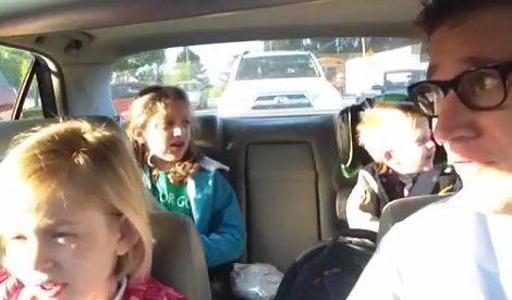 Un padre escucha 'Bohemian Rhapsody' con sus hijos cada mañana de camino a clase