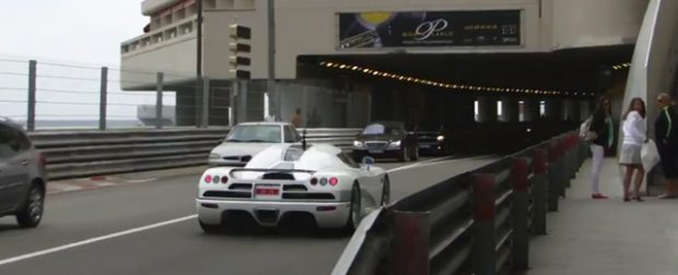 Una mujer se asusta con el sonido de un Koenigsegg CCX en Mónaco