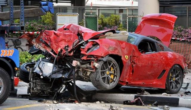 Brutal impacto de un Ferrari 599 GTO contra un taxi en Singapur