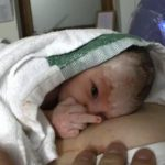 Bebé hace corte de manga a su padre 15 segundos después de nacer