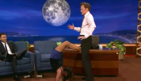 Nina Dobrev hace la postura del escorpión con el presentador Conan O'Brien