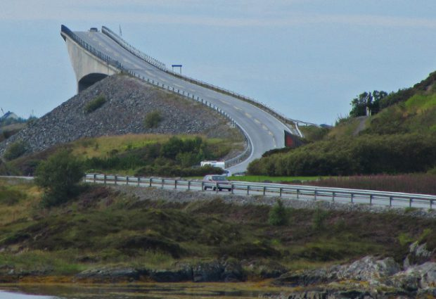 Atlanterhavsveien, una carretera impresionante de Noruega con puentes que se retuercen sobre el mar