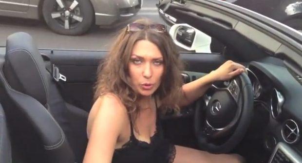No recoge la caca de su perro y una mujer se la tira dentro de su Mercedes descapotable