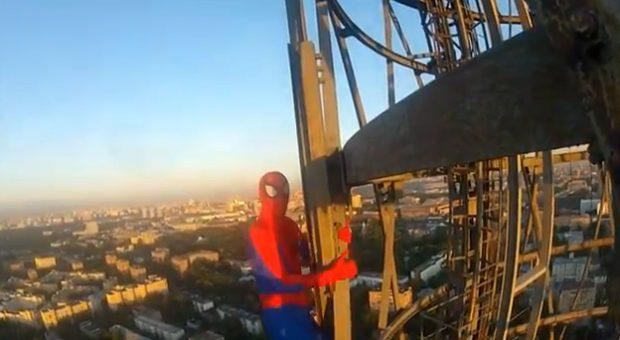 Se suben a la Torre Shukhovskaya de Moscú sin ningún tipo de protección y lo graban en vídeo