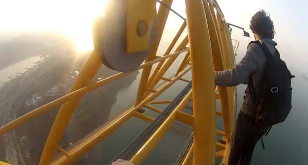 Unos chicos suben a lo alto de un puente de 240 metros en Rusia sin protección y lo graban en vídeo
