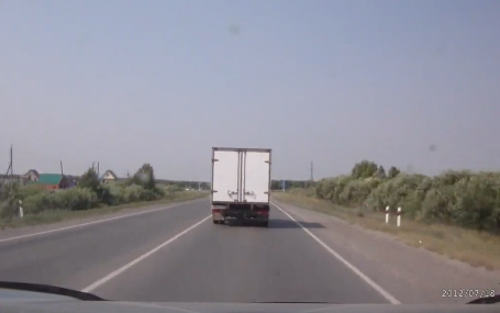 Un coche invade el carril contrario e impacta de frente contra un camión