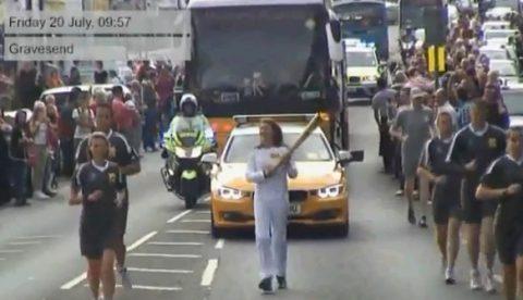 Un hombre intenta robarle la antorcha olímpica a una mujer en Gravesend