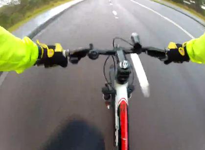 La cámara de un ciclista graba como un coche lo atropella