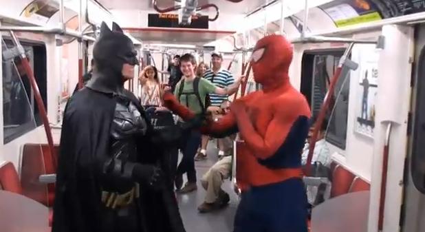 Batman y Spiderman pelean en las calles de Toronto