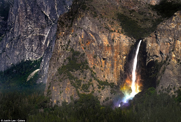 Una cascada en el Parque Nacional Yosemite se convierte en una hermosa fuente de color