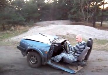 Maniobras con un coche que tiene sólo las dos ruedas delanteras y está partido por la mitad