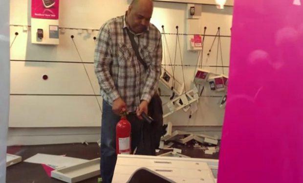 Un cliente descontento entra en una tienda de T-Mobile en Manchester y la destroza