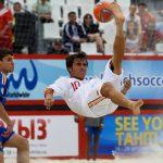 Golazo de chilena de Amarelle en un partido de fútbol playa contra Ucrania