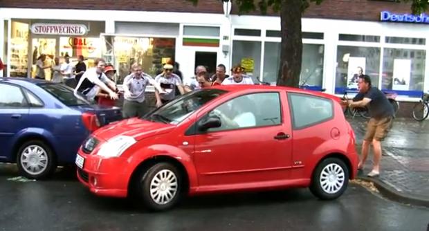 Hinchas alemanes borrachos celebran que una mujer ha aparcado bien el coche