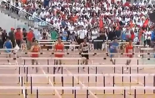 Desmadre en una carrera de obstáculos en los Juegos Universitarios Chinos