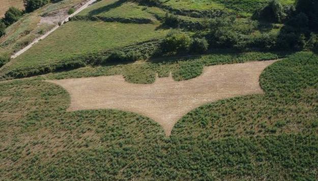 Aparece un enorme logo de Batman en un campo de Barcelona