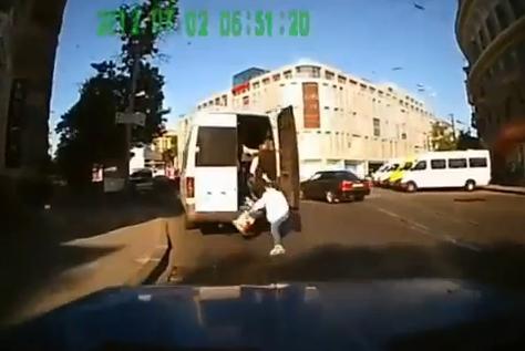 Una mujer cae de una furgoneta en marcha al pillar un bache