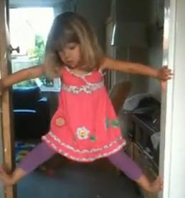 A una niña de 3 años le encanta escalar los marcos de las puertas
