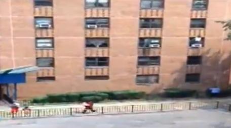 Una niña de 7 años cae desde el tercer piso y sale ilesa gracias a un hombre que la salvó