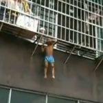 Rescatan a un niño que colgaba de una ventana con la cabeza atascada