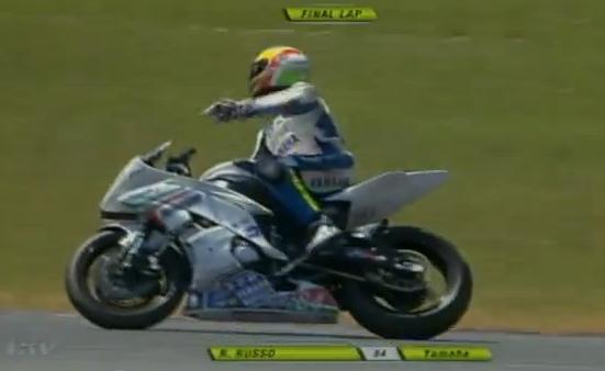 El piloto Riccardo Russo celebra la victoria antes de tiempo, todavía quedaba una vuelta